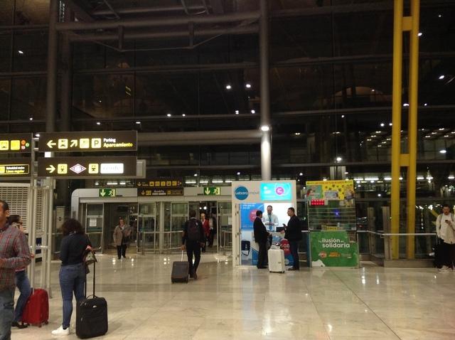 ターミナル4到着ロビーからタクシー乗り場