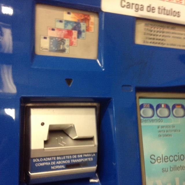 メトロ切符販売機、お札を入れる