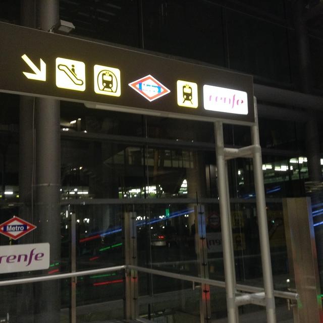 地下に降りると地下鉄とスペイン国鉄